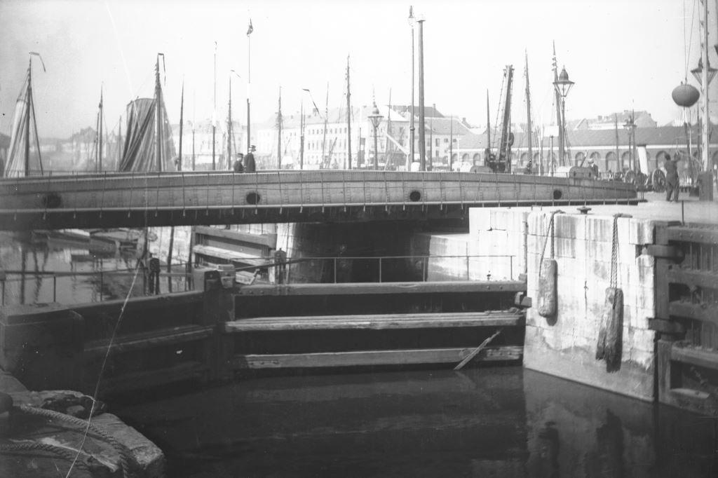 Photo of Bonaparte Lock and the retractable bridge circa 1900