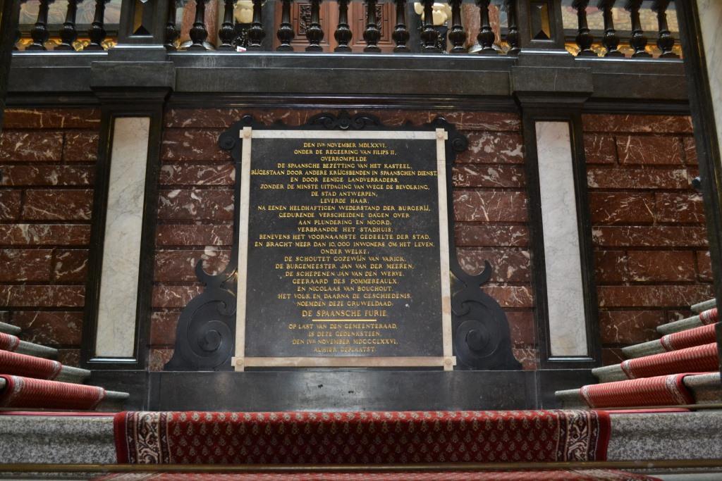 Herdenkingsplaquette voor de Spaanse furie in de trapzaal