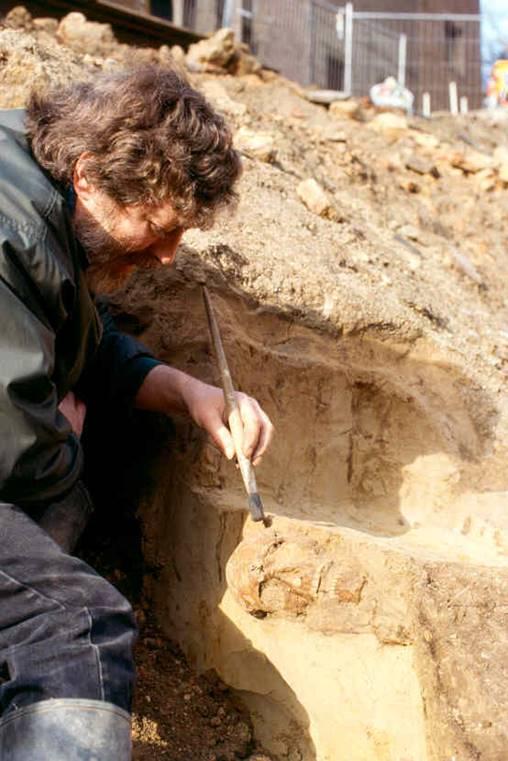 Excavation of the skull of the oldest Antwerper in 1997