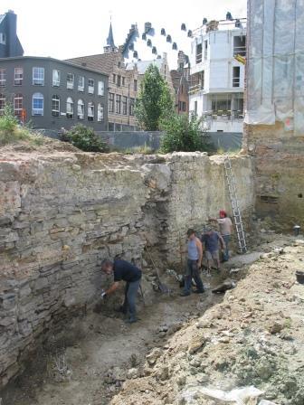 Opgraving burchtmuur in 2008